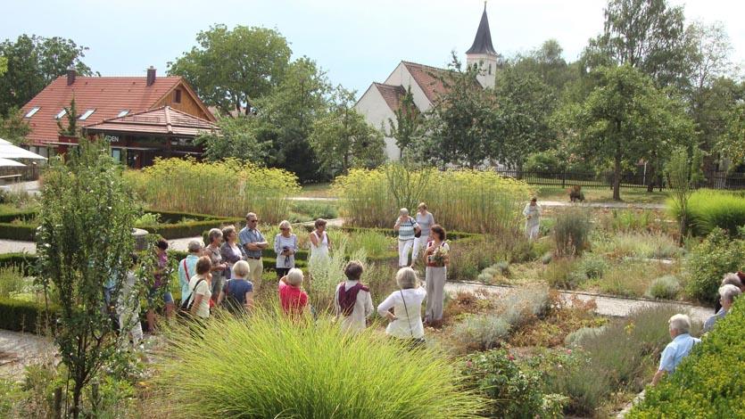 Gaestefuehrer-Gartenerlebnis-Bayern-Christine-Stedele-Kerschlach-Garten-Hochsommer-Klostergarten